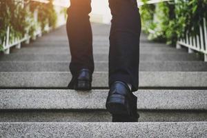 gente de negocios subiendo las escaleras foto