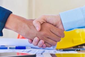 apretón de manos trabajo en equipo apretón de manos acuerdo en la reunión del ingeniero del equipo foto