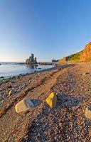 rocas oceánicas en una playa de grava foto