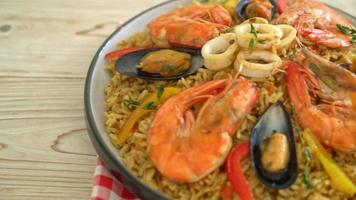 paella de marisco con calamares de gambas y mejillones - arroz frito español video