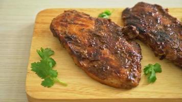 poulet jerk ou poulet grillé épicé à la jamaïque video