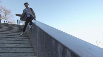 jeune homme d'affaires avec sac à dos courir dans les escaliers video