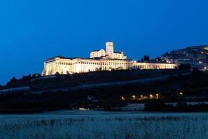 Basílica de Asís por la noche, región de Umbría, Italia. foto
