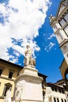 Estatua de Dante Alighieri en Florencia, región de Toscana, Italia foto