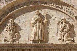 Detalle de la calle italiana mas importante. Basílica de San Francisco en Assisi Village, región de Umbría, Italia foto