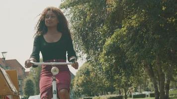 Mujer en bicicleta en el suburbio dando la vuelta a la esquina video