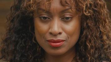 Close up of woman looking up et souriant mystérieusement dans l'objectif video
