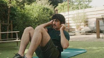 man i trädgården gör sit ups som byter träning till planking video