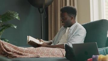 man sitter på soffan med högläsning av bok video