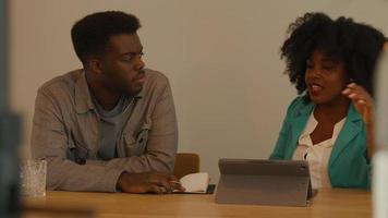 man och kvinna som har samtal vid bordet video