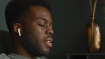 close-up van man met koptelefoon zittend bewegend hoofd en zingend video