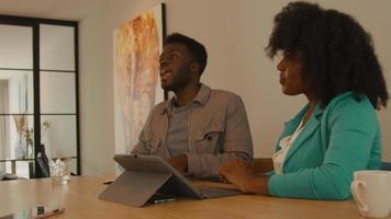 kvinna och man som har samtal med en annan person vid bordet video