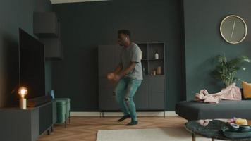 man med hörlurar dansar i vardagsrummet video
