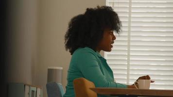 kvinna som sitter vid bordet och pratar och gestikulerar video