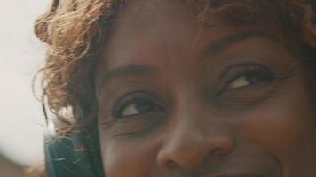vrouw met koptelefoon in tuin beweegt hoofd enthousiast video
