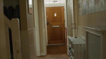 skrattande man och jublande kvinna som kommer hem in i korridoren video