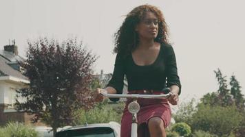 mujer, andar en bicicleta, en, suburbio video