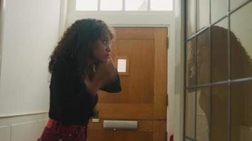 kvinna i korridoren ser i spegeln och lämnar video