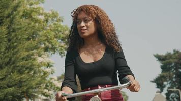 mujer, andar en bicicleta, en, suburbio, sonriente video