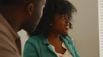 kvinna och man som har konversation vid bordet video