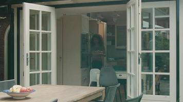 vrouw en man dekken de tafel voor een koude maaltijd op het terras video