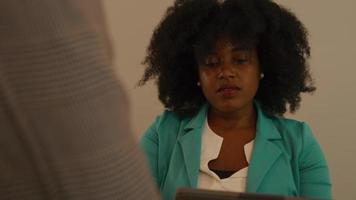 kvinna vid bordet med bärbar dator som lyssnar på talande man video