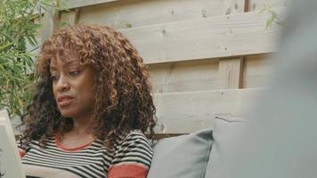 femme dans le jardin avec un livre parlant et hochant la tête video
