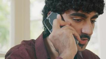 homme parlant sérieusement sur smartphone video