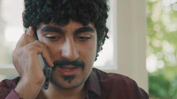 homme parlant sur smartphone video