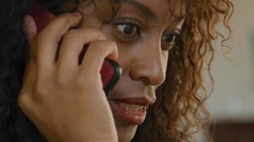 gros plan d'une femme parlant sur smartphone video