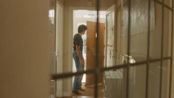 Hombre apurado abre la puerta, deja las llaves y sube corriendo las escaleras video
