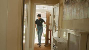 El hombre abre la puerta que entra al pasillo bajando las llaves y camina hacia las escaleras video