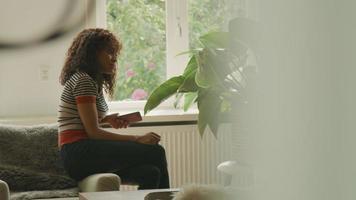 vrouw en man praten serieus in de woonkamer met smartphones video