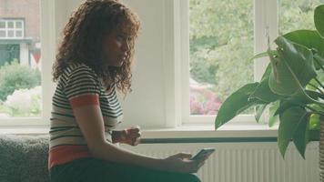 vrouw en man praten in woonkamer met smartphones in handen video