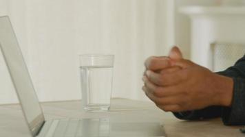 vrouw en man praten aan tafel met laptop video