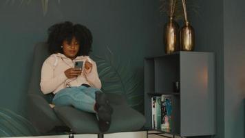 kvinna med hörlurar och smartphone video