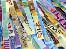 billetes de euro triturados foto
