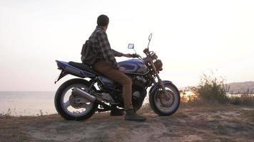 voyageur mâle avec vélo sur la plage video