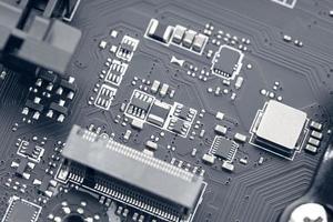Chip de circuito electrónico de la placa base de una computadora. foto