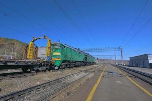 Vista de la plataforma de la vía del tren transiberiano y cielo azul, Rusia foto