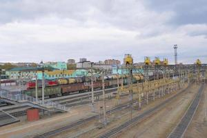 Vista de la plataforma de la vía del tren transiberiano y cielo nublado, Rusia foto