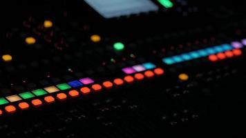 grote audiomixer in nachtclub of studio video
