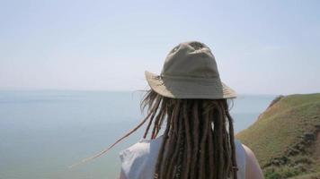 paisaje con joven excursionista video