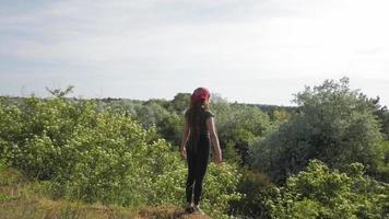 mujer joven, posar, en la colina, en, verano, día soleado video