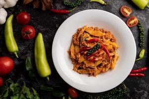 pasta de curry salteada con brotes de bambú y carne de cerdo picada. foto