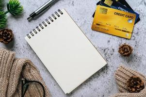 diario, papelería y tarjeta de crédito en tiempo de celebración. foto