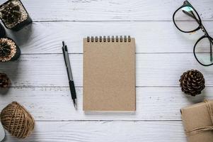 cuadernos, bolígrafos, vasos, cajas de regalo, cuerdas y cactus foto