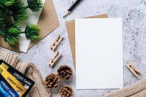 postal, papelería y tarjeta de crédito en tiempo de celebración foto