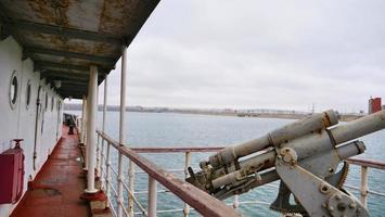 Antiguo pasillo del barco en el barco rompehielos Angara en Irkutsk, Rusia foto