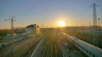 Vista del paisaje de la plataforma de la vía del tren transiberiano en Rusia foto